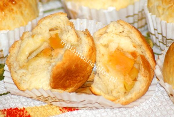 Muffinki drożdżowe z brzoskwinią