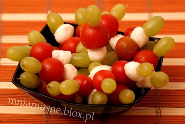 Koreczki z winogron, mozzarelli i pomidorków