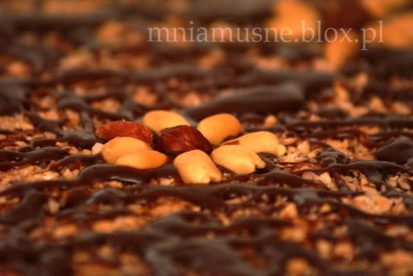 Mazurek orzechowo-kajmakowy z czekoladą