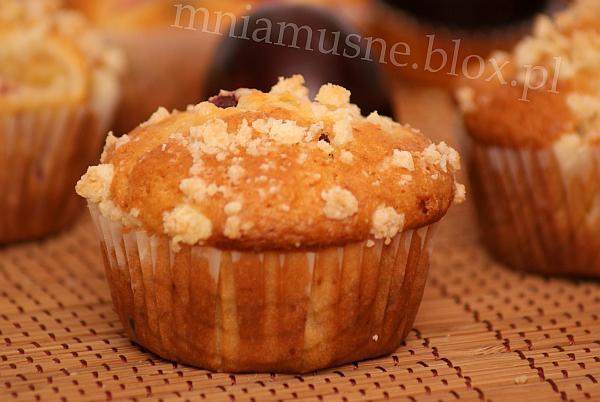 Muffinki ze śliwką i czekoladowymi groszkami