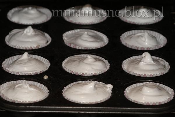 Muffinki rabarbarowe w bezowych czapeczkach