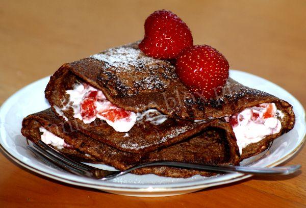 Naleśnik czekoladowy z truskawmi