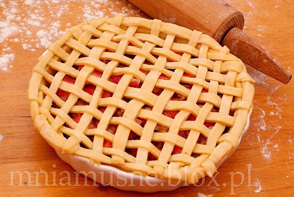 Tarta w kratkę z rabarbarem i truskawkami