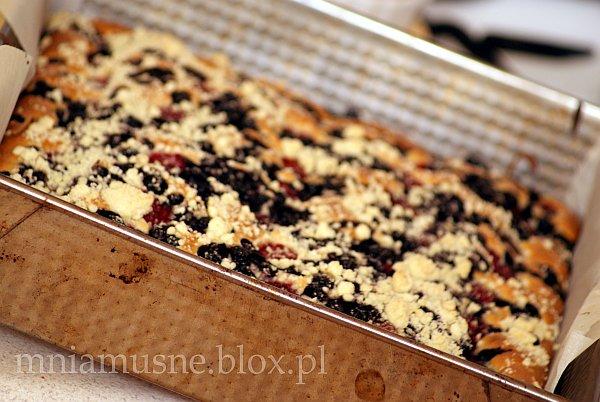 Deserowe ciasto z malinami i czarna jagodą