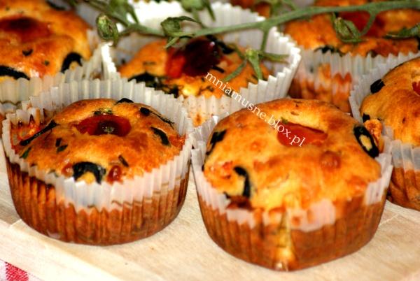 Muffinki z pomidorkami koktailowymi i oliwkami